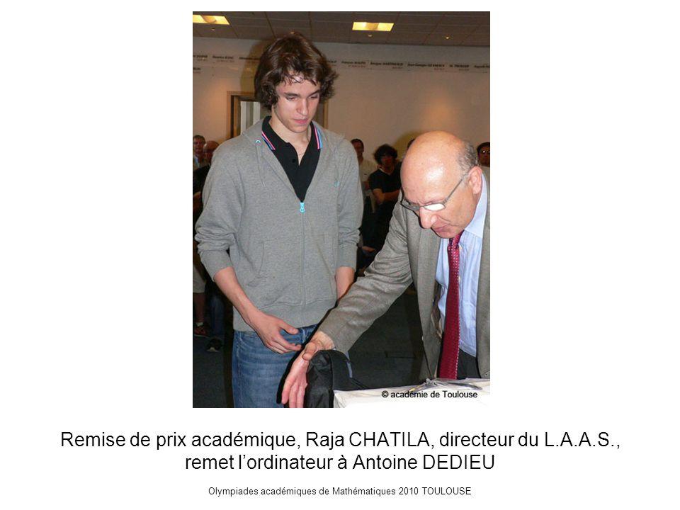 Olympiades académiques de Mathématiques 2010 TOULOUSE Remise de prix académique, Raja CHATILA, directeur du L.A.A.S., remet l'ordinateur à Antoine DEDIEU