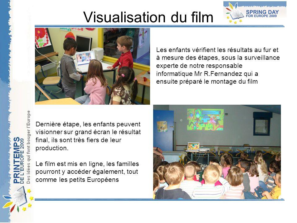 Visualisation du film Les enfants vérifient les résultats au fur et à mesure des étapes, sous la surveillance experte de notre responsable informatiqu