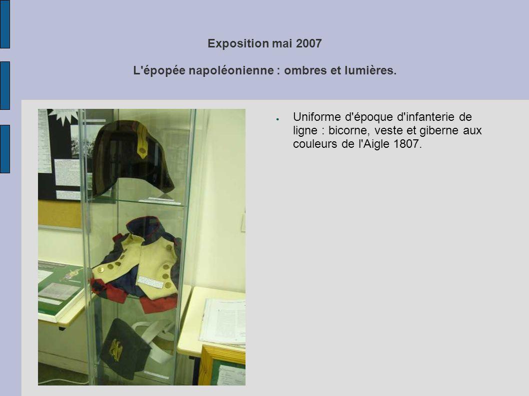Exposition mai 2007 L'épopée napoléonienne : ombres et lumières. ● Uniforme d'époque d'infanterie de ligne : bicorne, veste et giberne aux couleurs de