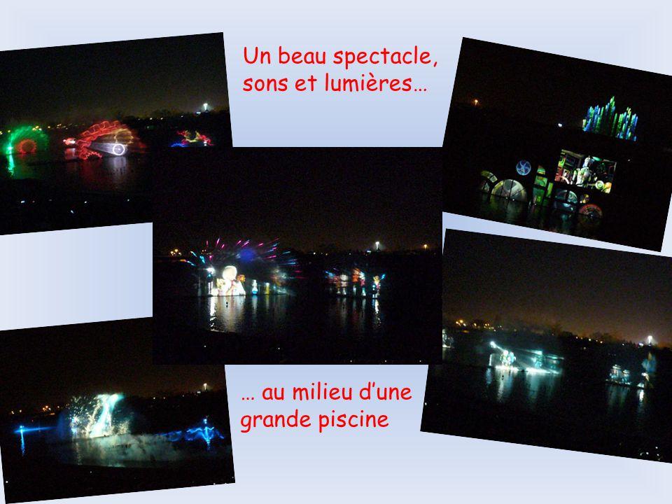 Un beau spectacle, sons et lumières… … au milieu d'une grande piscine