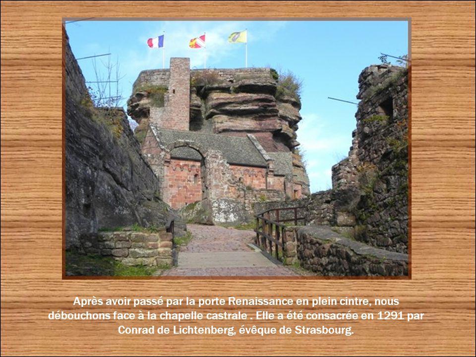 La conciergerie se situe à gauche du portail Renaissance.