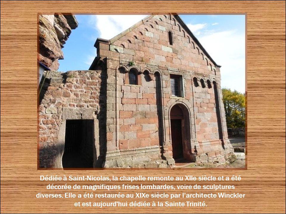 Après avoir passé par la porte Renaissance en plein cintre, nous débouchons face à la chapelle castrale.