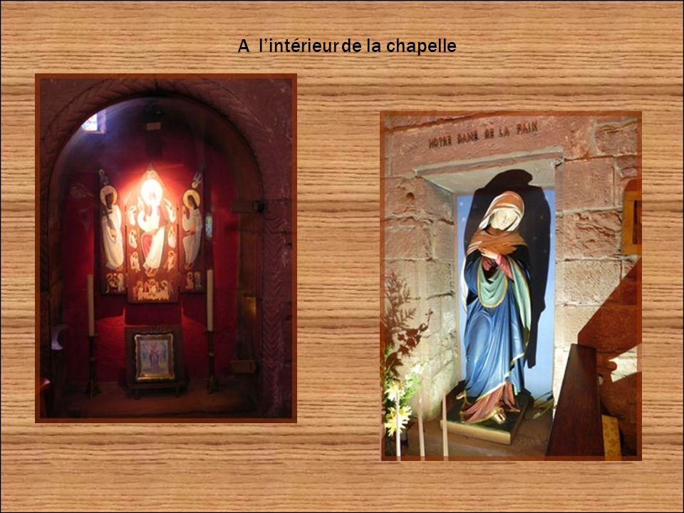 Elle se compose d une nef romane du XIIe siècle et d un chœur gothique du XIVe reconstruit suite au tremblement de terre qui affecta l Alsace en 1356.