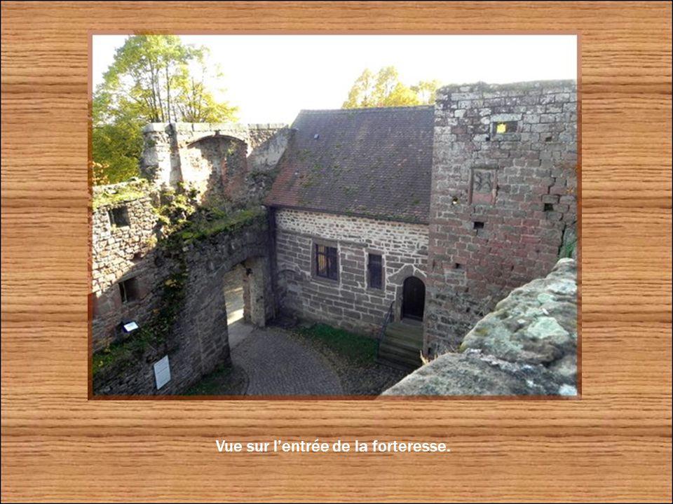 Un escalier mène au sommet du rocher situé le plus au nord. Il constituait en fait le donjon du château.