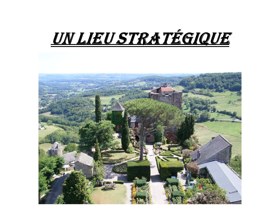 Turenne est positionné sur une butte très abrupte, délimitée par une falaise calcaire formant l'enceinte naturelle de la forteresse, lieu très stratégique par sa localisation, au carrefour de régions et de routes commerciales et religieuses entre le Limousin, le Périgord et le Quercy