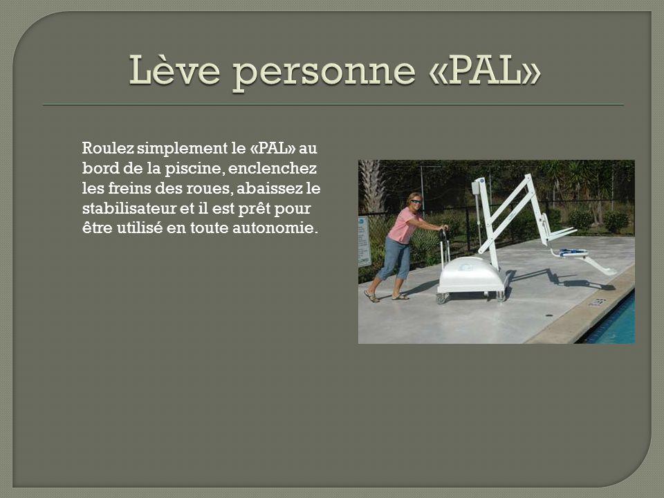 Roulez simplement le «PAL» au bord de la piscine, enclenchez les freins des roues, abaissez le stabilisateur et il est prêt pour être utilisé en toute autonomie.