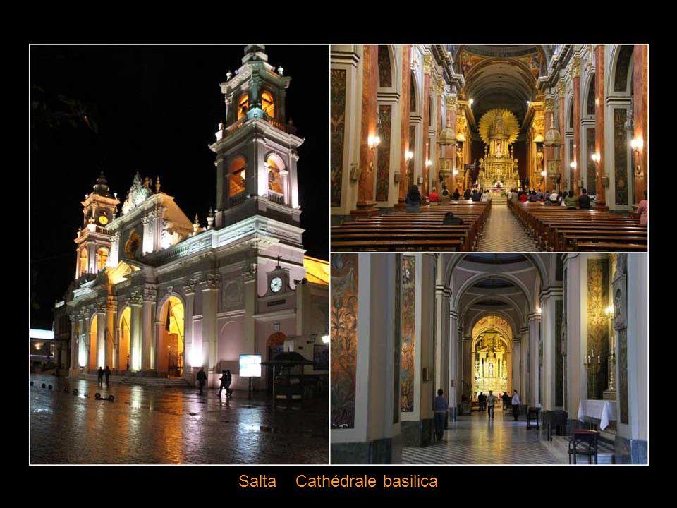 Salta la Linda ( salta La Belle) Plaza de Julio et la cathédrale