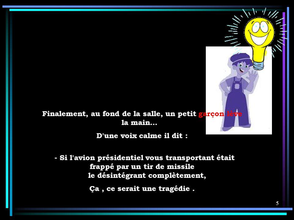4 Le silence se fait dans la salle. Aucun autre enfant ne se porte volontaire. Sarkozy cherche dans la salle… - N'y a-t-il personne ici qui puisse me