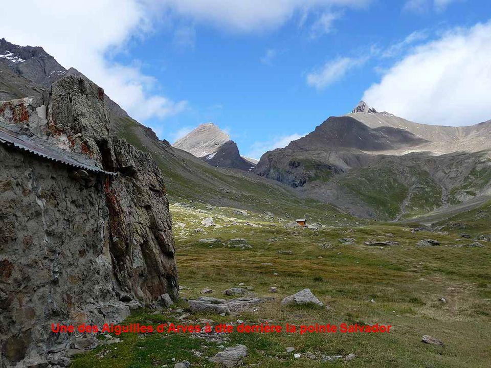 Le refuge Carraud (fermé) adossé à un rocher (2485 m)