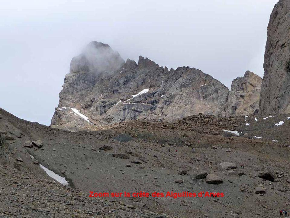 Une des aiguilles d'Arves émerge au-delà du col Lombard