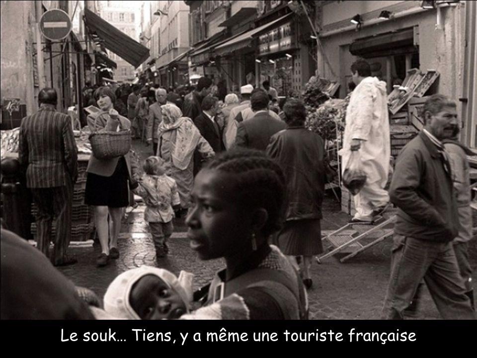 Le souk… Tiens, y a même une touriste française