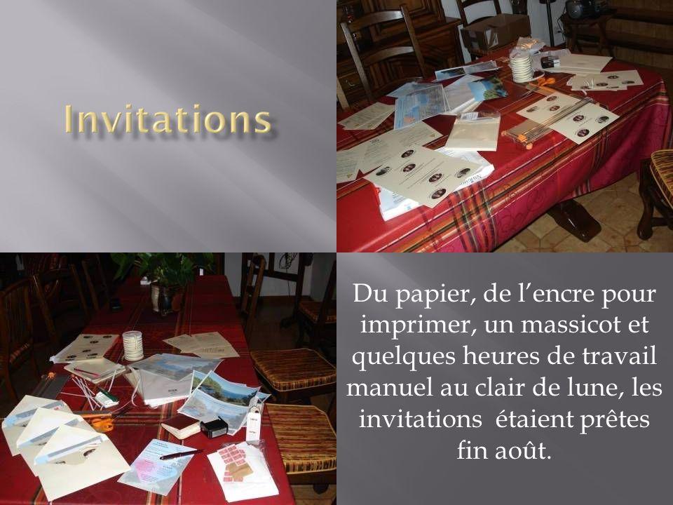 Du papier, de l'encre pour imprimer, un massicot et quelques heures de travail manuel au clair de lune, les invitations étaient prêtes fin août.