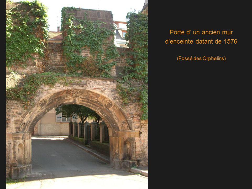 Porte d' un ancien mur d'enceinte datant de 1576 (Fossé des Orphelins)