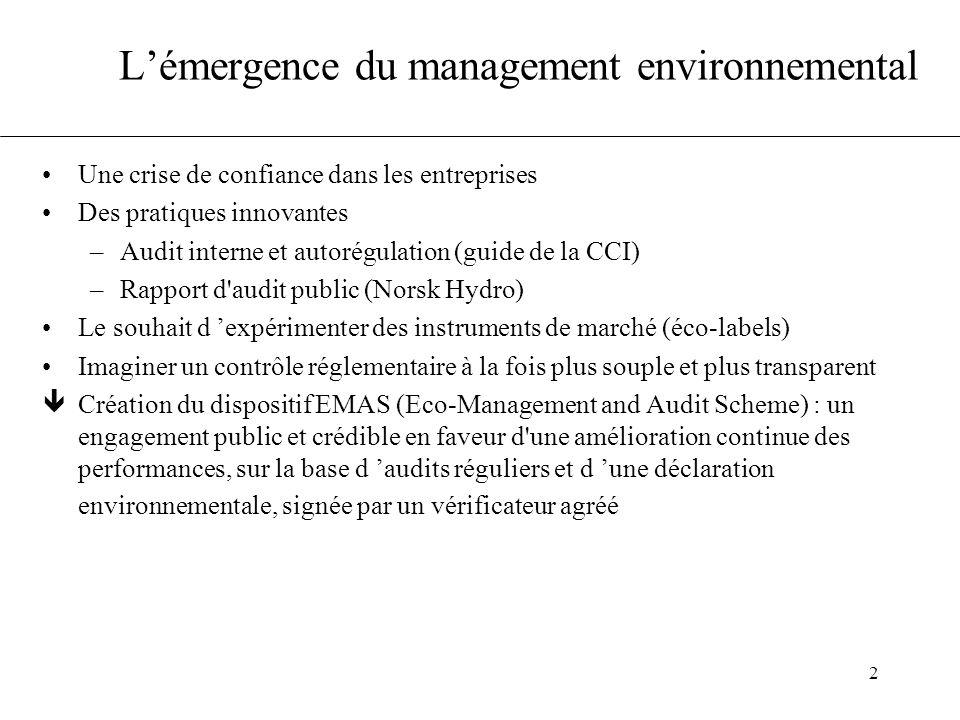 3 L'offensive de la normalisation La normalisation est légitime pour prescrire la management Un groupe de travail dès 1991 sur la norme ISO 14001 Les notions de système de management, de planification, d 'amélioration continue, sont empruntées à l 'assurance qualité Du fait des accords avec les Commission Européenne, l 'ISO était tenu de respecter les principales exigences du Règlement EMAS, cependant : –la déclaration environnementale a été sortie du jeu –ambiguïtés sur l amélioration continue des performances, sur la réduction à la source êConcurrence entre ISO 14001 et Règlement EMAS avec deux philosophies différentes