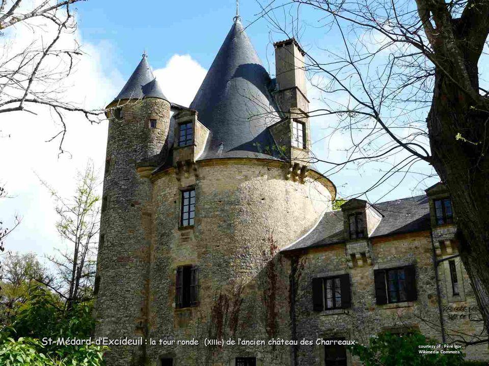 St-Médard-d'Excideuil : la tour ronde ( de l'ancien château des Charreaux St-Médard-d'Excideuil : la tour ronde ( XIIIe) de l'ancien château des Charreaux courtesy of : Père Igor Wikimedia Commons
