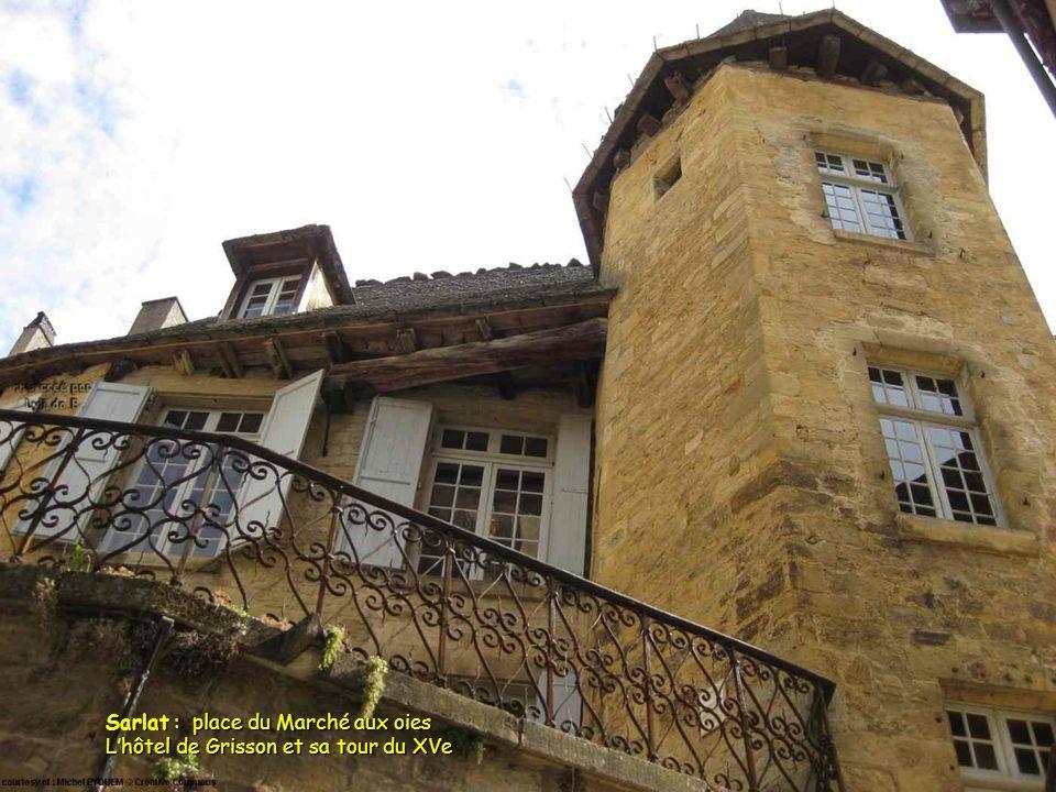 Sarlat : place du Marché aux oies L'hôtel de Grisson et sa tour du XVe