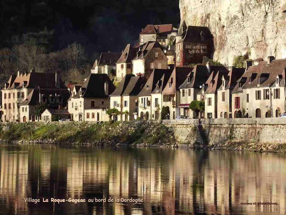 Village au bord de la Dordogne Village La Roque-Gageac au bord de la Dordogne courtesy of villasarlat.com: