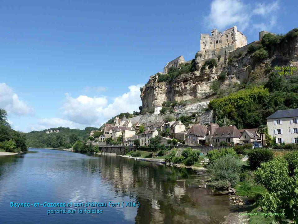 Beynac-et-Cazenac et son château fort ( XIIe ) perché sur la falaise courtesy of : Jason Schuller