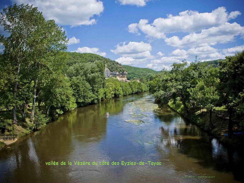 vallée de la Vézère du côté des Eyzies-de-Tayac courtesy of : vézère-canoé.com