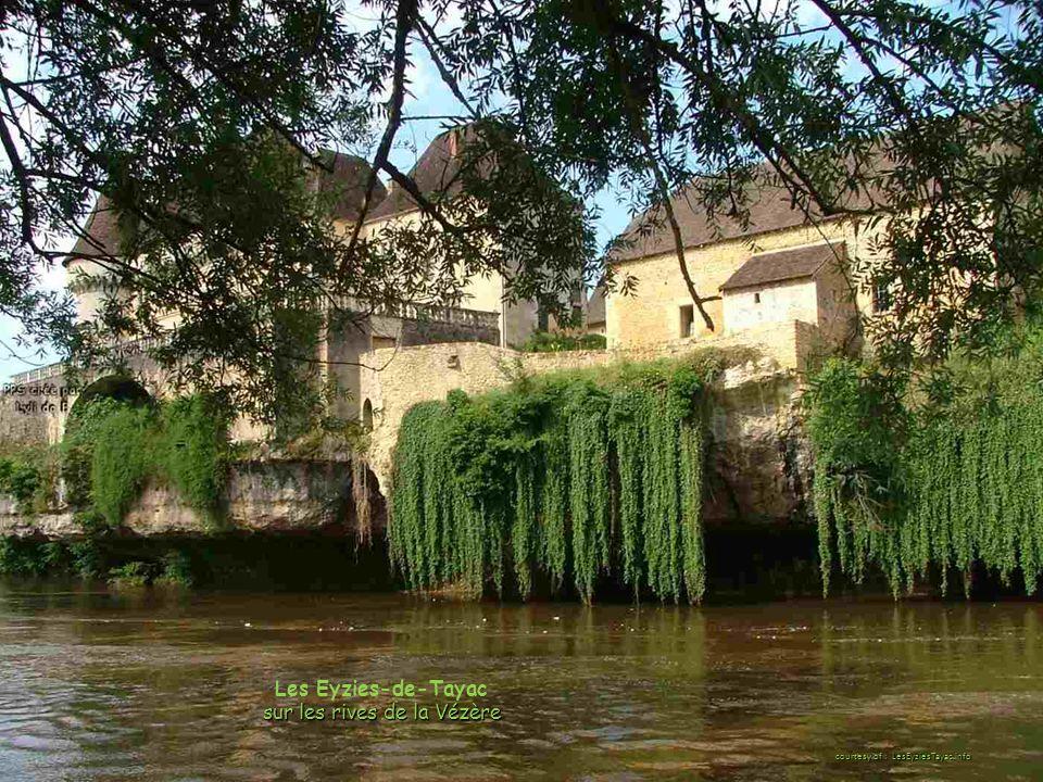 Les Eyzies-de-Tayac sur les rives de la Vézère courtesy of : LesEyziesTayac.info