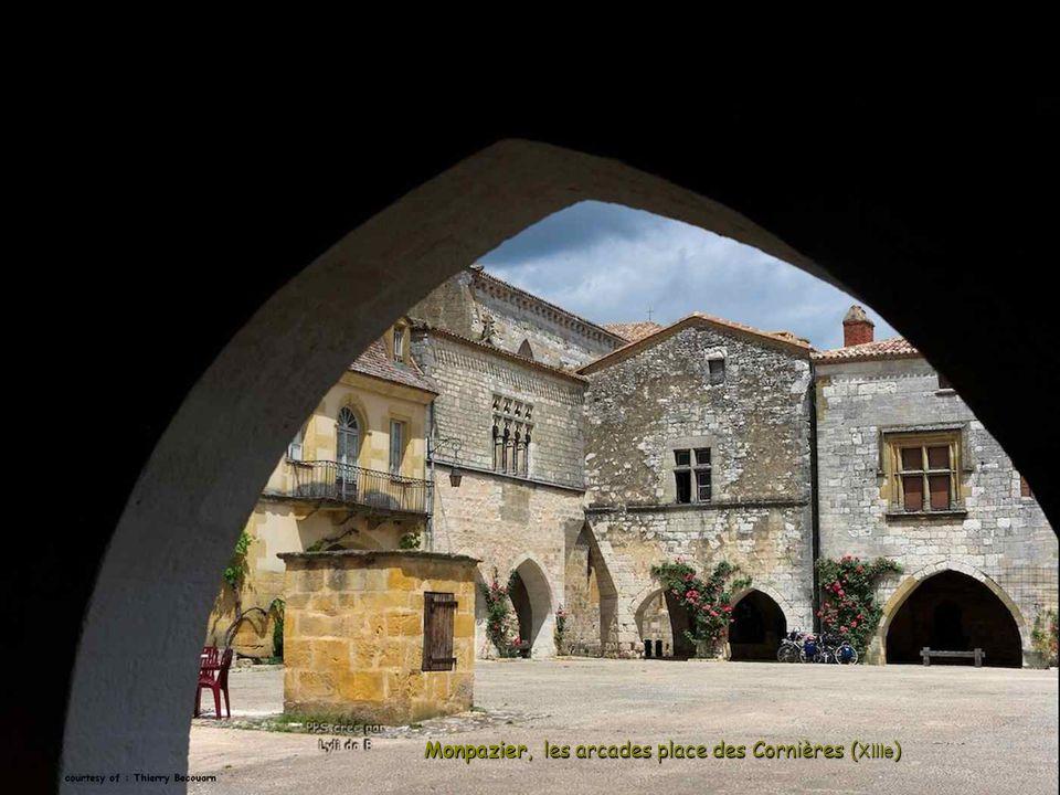Monpazier, les arcades place des Cornières ( XIIIe )