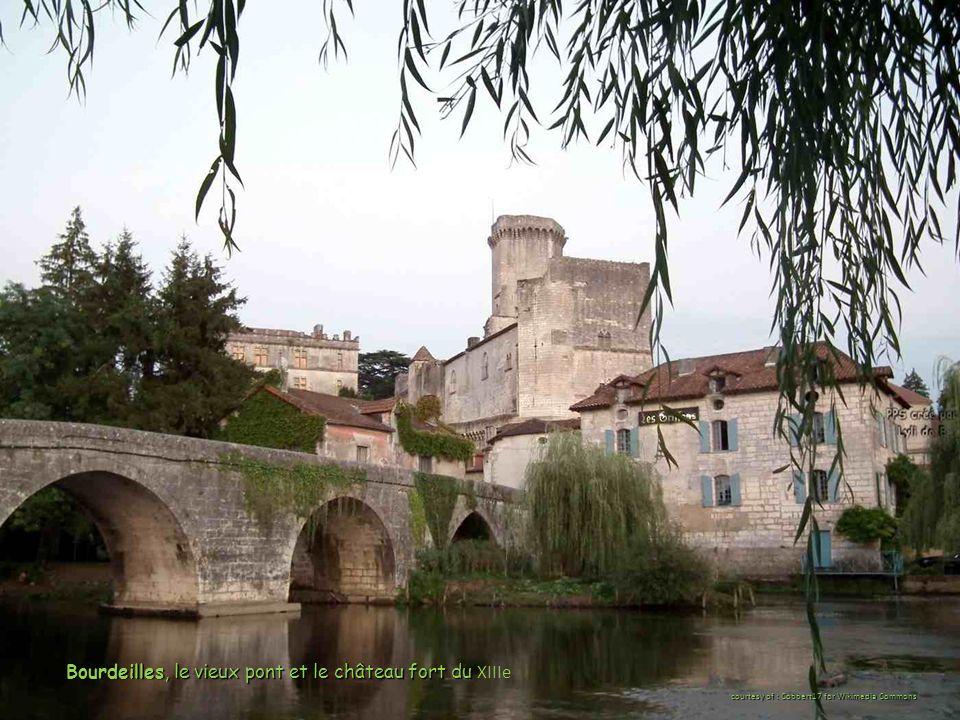 Bourdeilles, le vieux pont et le château fort du Bourdeilles, le vieux pont et le château fort du XIIIe courtesy of : Cobbert17 for Wikimedia Commons