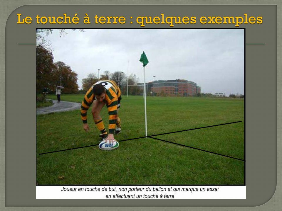L'essai est accordé si le porteur du ballon touche le poteau de coin avant de faire un toucher à terre, à condition que ce joueur ne soit pas sorti en touche.