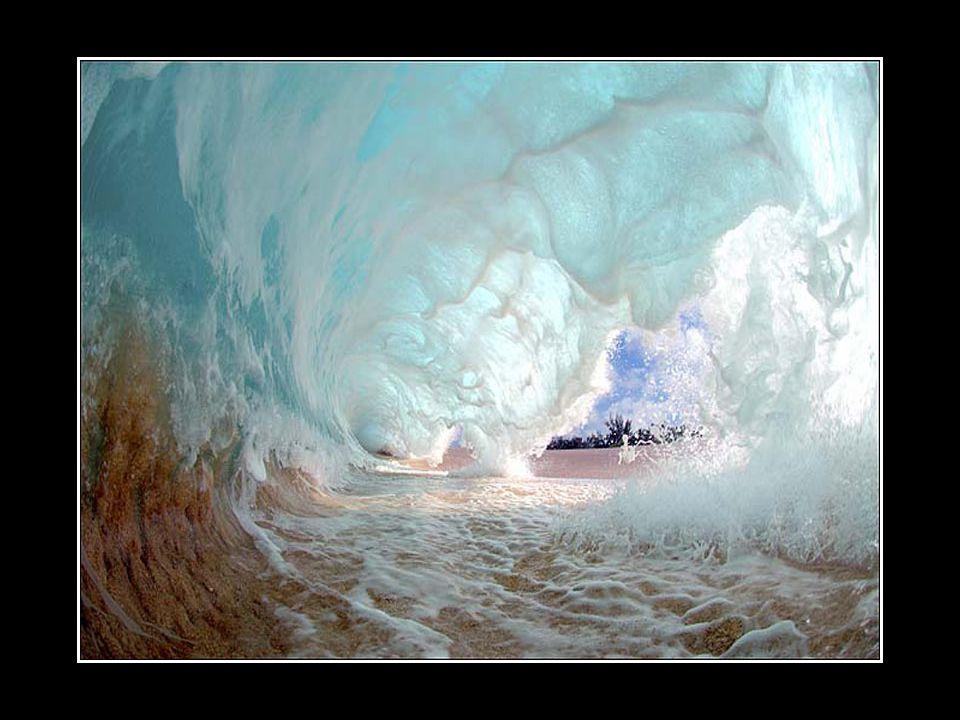 Clark Little fonce vers ces vagues géantes qui cassent sur lui.