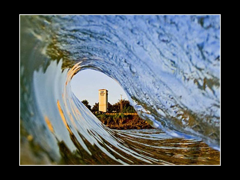 Seuls les surfeurs intrépides savent comment se placer sous la lèvre de la vague pour ensuite se laisser enfermer au creux du tube qui se forme.