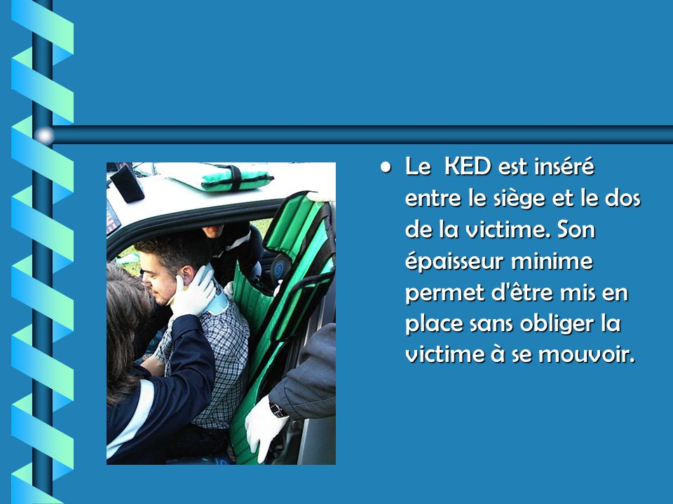 Le KED est inséré entre le siège et le dos de la victime.