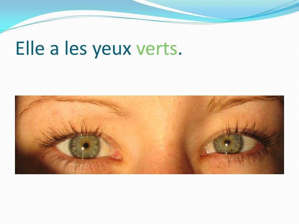 Elle a les yeux verts.