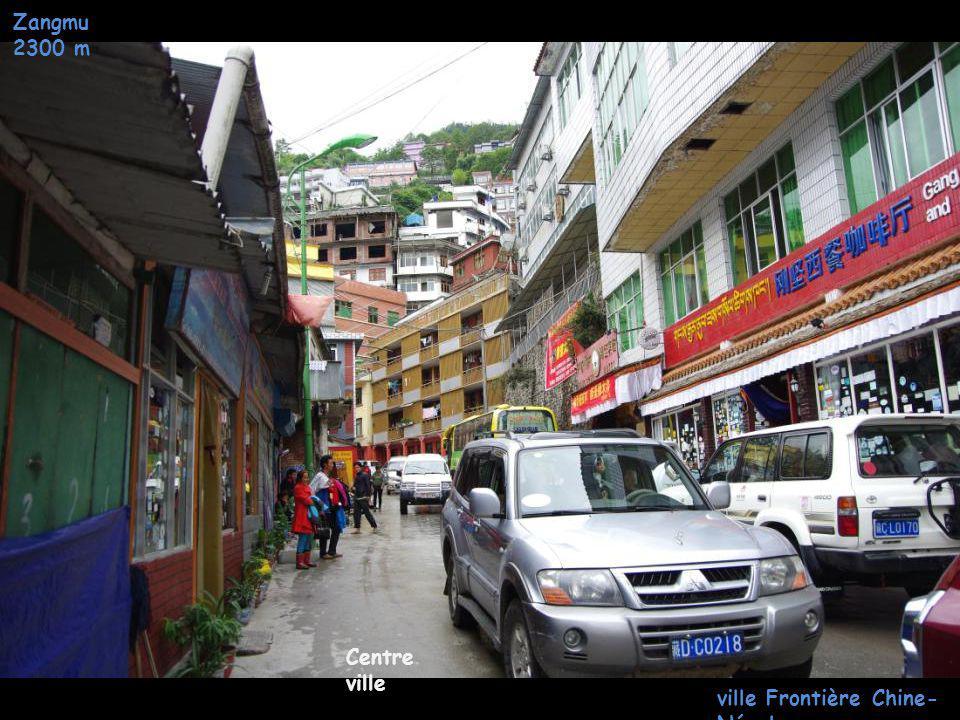 Zangmu 2300 m Centre ville ville Frontière Chine- Népal