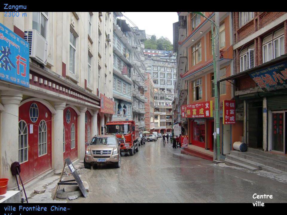 Zangmu 2300 m ville Frontière Chine- Népal Centre ville