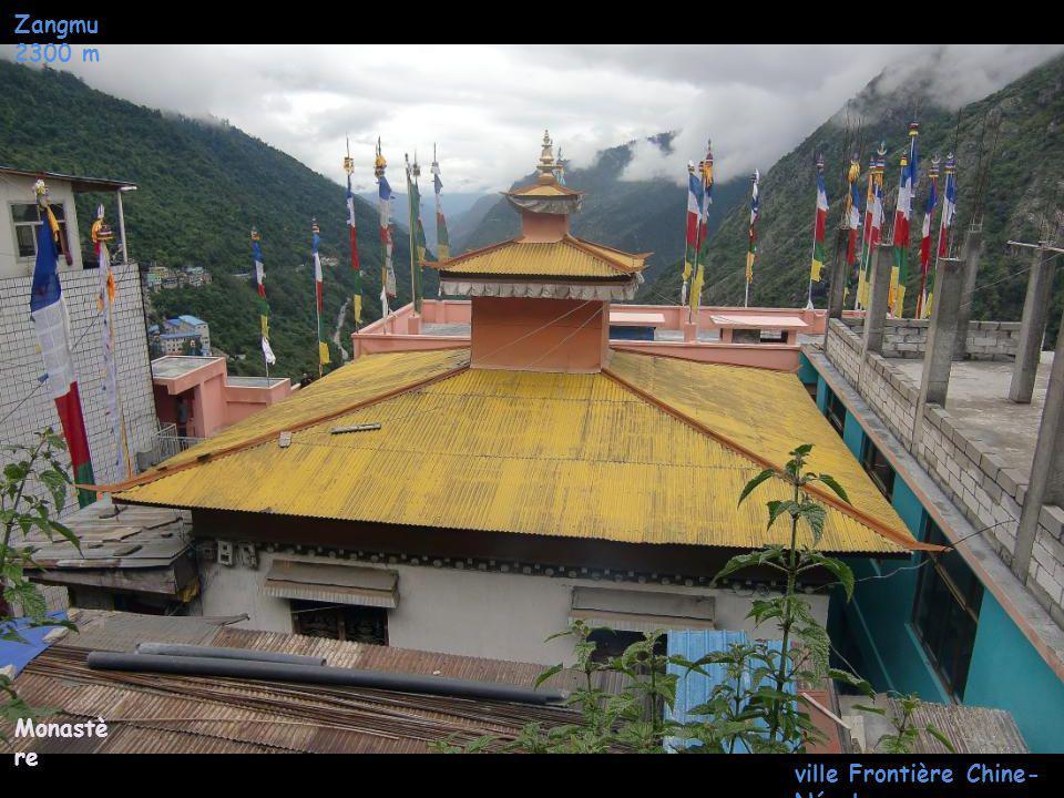 Zangmu 2300 m ville Frontière Chine- Népal Circulatio n en Centre ville