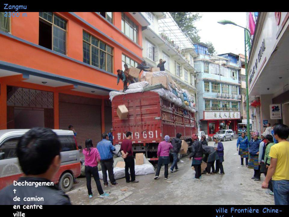 Zangmu 2300 m ville Frontière Chine- Népal Monastè re