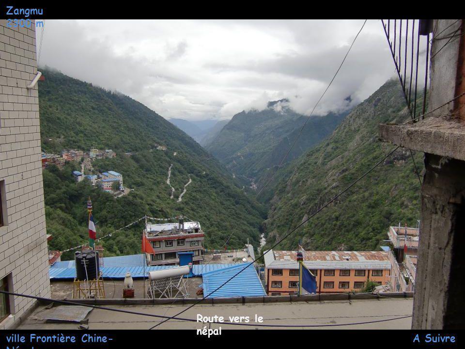 Zangmu 2300 m ville Frontière Chine- Népal Dechargemen t de camion en centre ville
