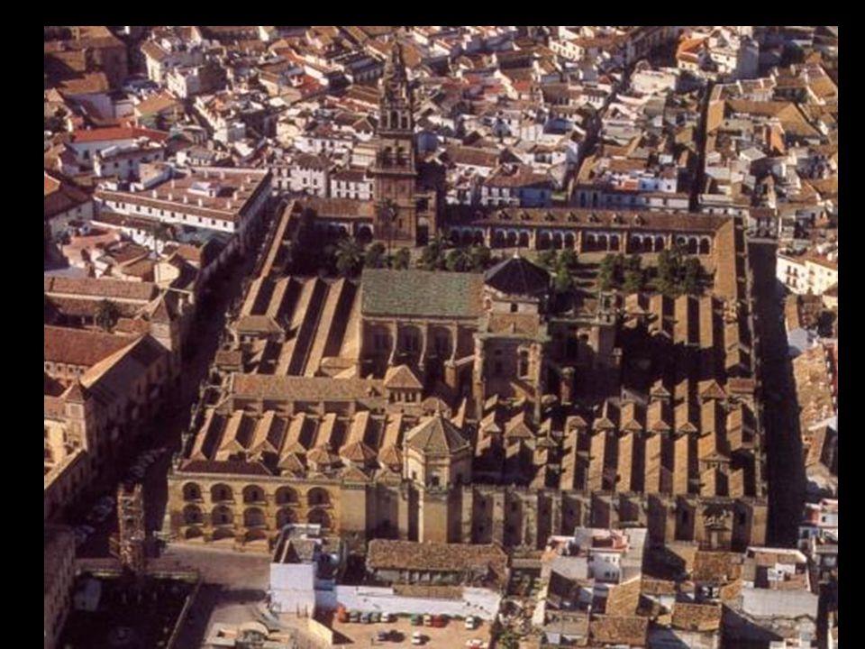 """""""Patio de los Naranjos"""" (Cour des Orangers), autrefois planté de palmiers et d'oliviers, pavé de galets, il y a la fontaine aux ablutions, et un ingén"""