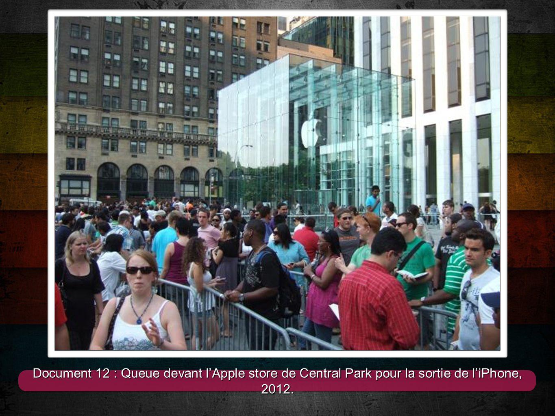 11 Document 12 : Queue devant l'Apple store de Central Park pour la sortie de l'iPhone, 2012.