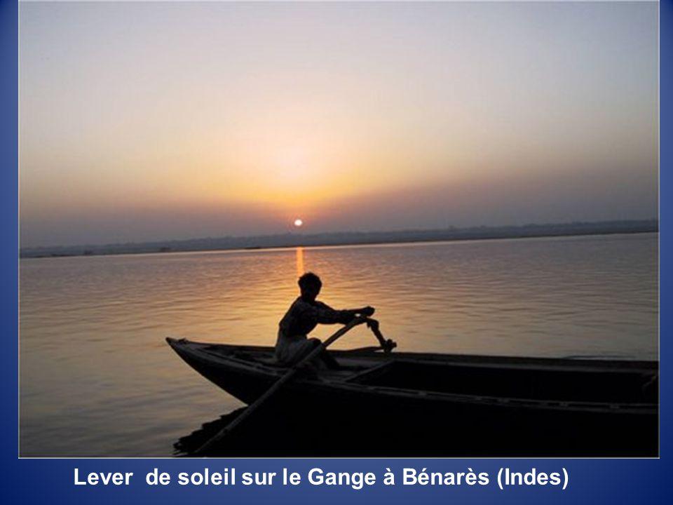 Le Gange à Bénarès à l'aube