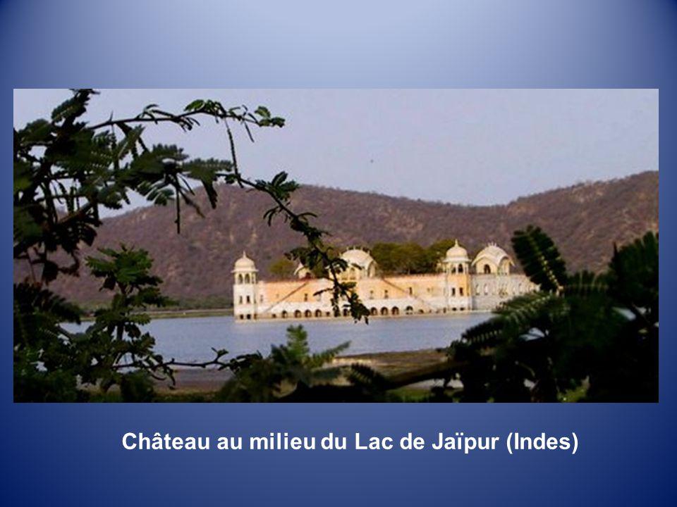 Château au milieu du Lac de Jaïpur (Indes)