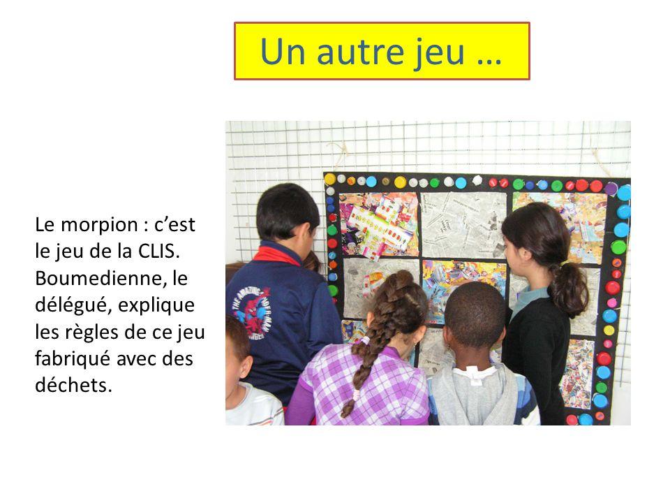 Un autre jeu … Le morpion : c'est le jeu de la CLIS. Boumedienne, le délégué, explique les règles de ce jeu fabriqué avec des déchets.