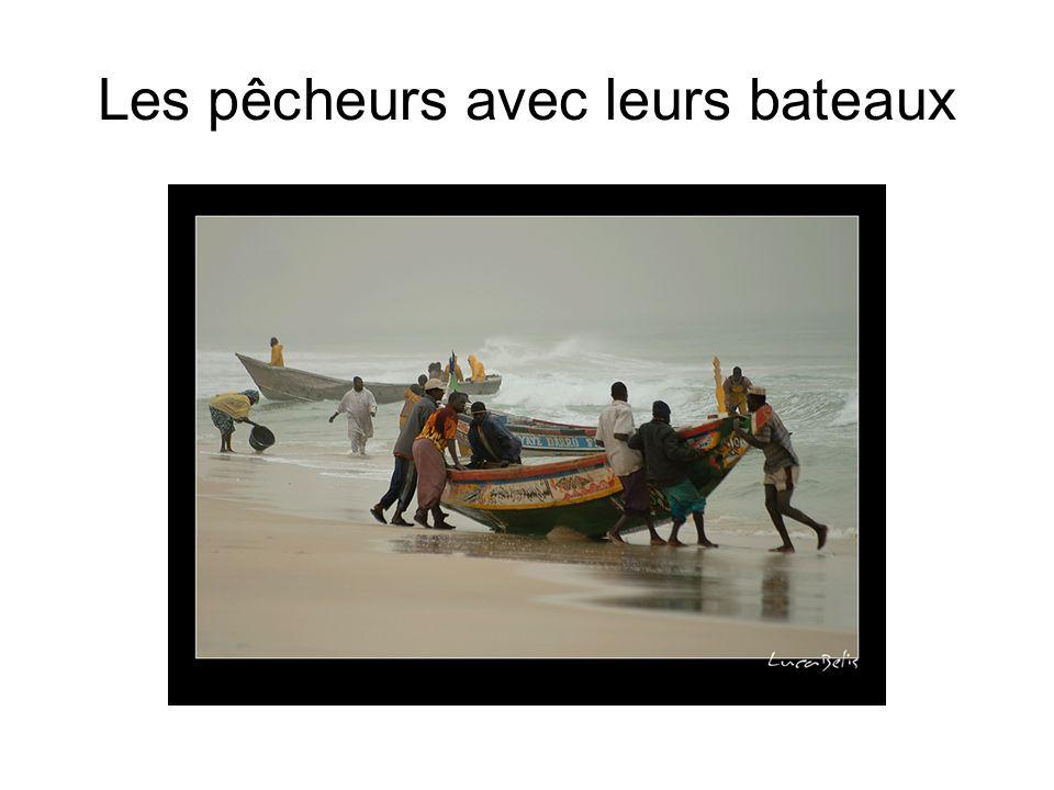 Les pêcheurs avec leurs bateaux
