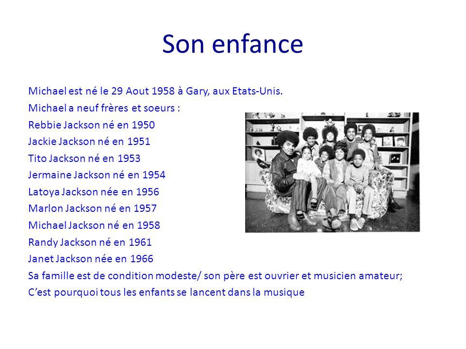 Le début de sa carrière Michael a 11 ans quand il commence sa carrière de chanteur Il fait partie du groupe Jackson 5 avec ses frères: Jackie, Tito, Germaine, Marlon et lui C'est le chanteur et le plus jeune Le groupe a beaucoup de succès : l'un de ses tubes est « I want you Back »; Tous les 5, ils ont la même coiffure et c'est le style pantalon patte d'éléphant