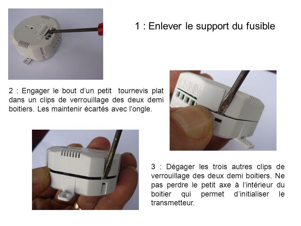 1 : Enlever le support du fusible 2 : Engager le bout d'un petit tournevis plat dans un clips de verrouillage des deux demi boitiers. Les maintenir éc