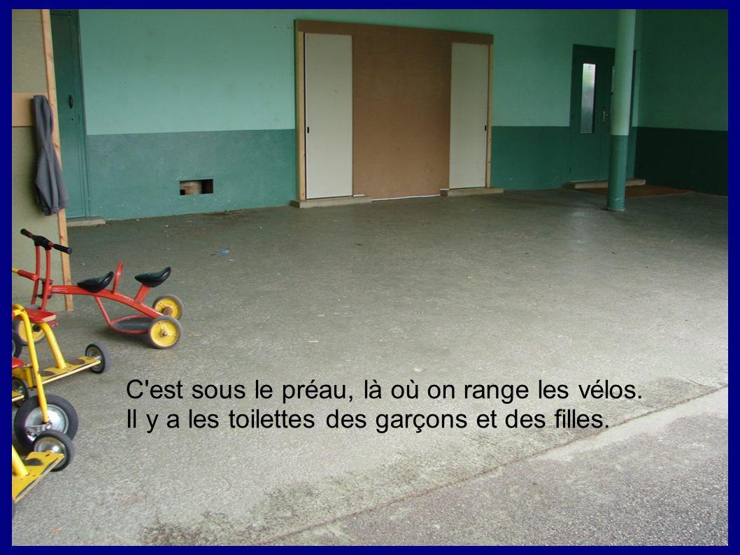 C'est sous le préau, là où on range les vélos. Il y a les toilettes des garçons et des filles.