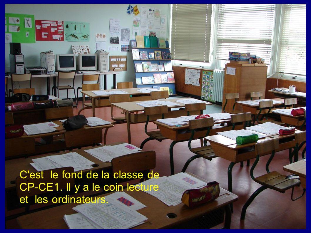 C'est le fond de la classe de CP-CE1. Il y a le coin lecture et les ordinateurs.