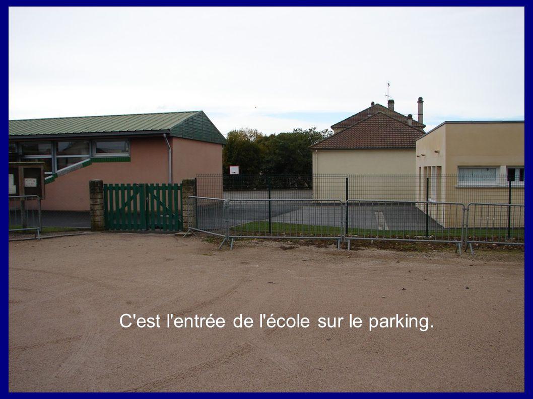 C'est l'entrée de l'école sur le parking.