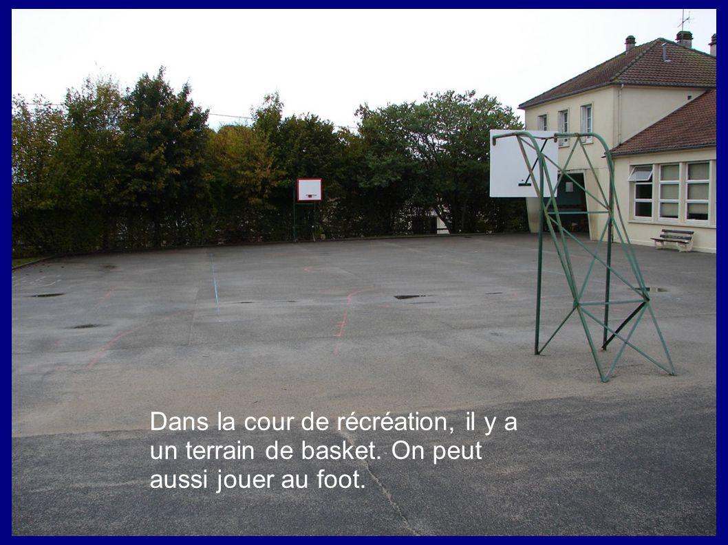 Dans la cour de récréation, il y a un terrain de basket. On peut aussi jouer au foot.