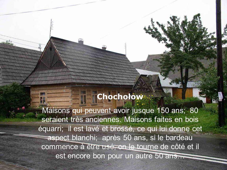 Chochołow Maisons qui peuvent avoir jusque 150 ans; 80 seraient très anciennes. Maisons faites en bois équarri; il est lavé et brossé, ce qui lui donn