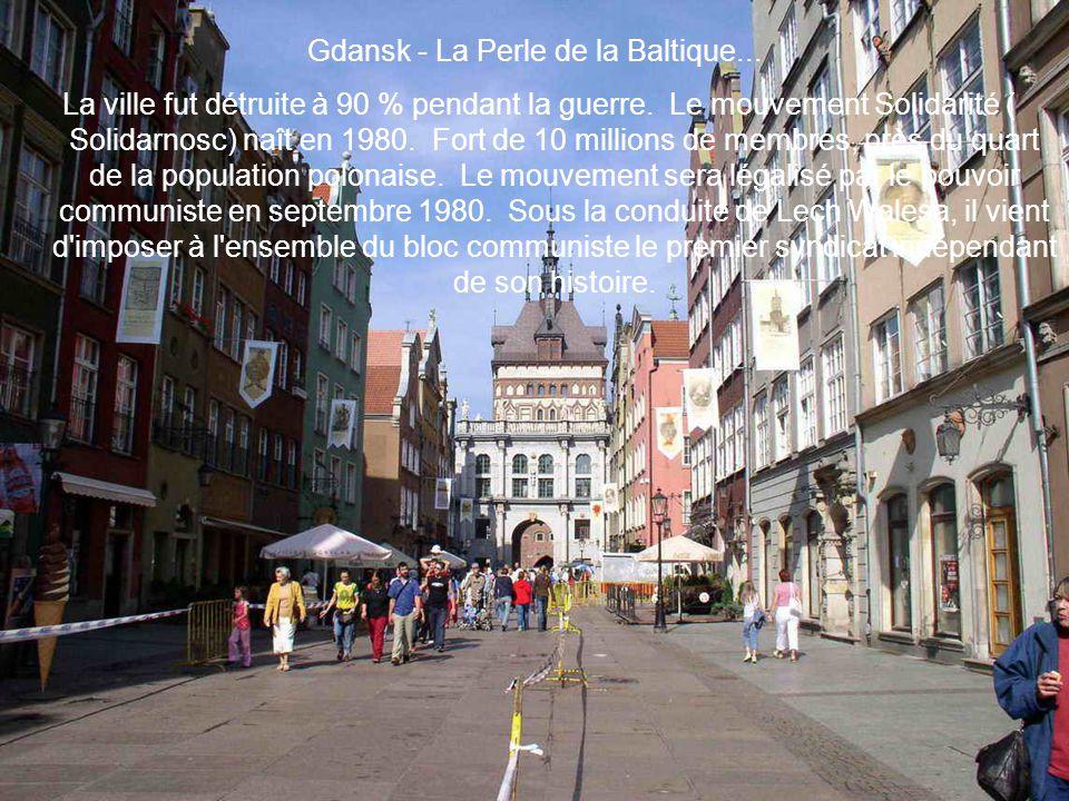 Gdansk - La Perle de la Baltique... La ville fut détruite à 90 % pendant la guerre. Le mouvement Solidarité ( Solidarnosc) naît en 1980. Fort de 10 mi